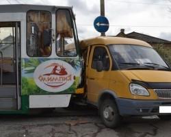 В Пятигорске трамвай врезался в маршрутку, три человека пострадали